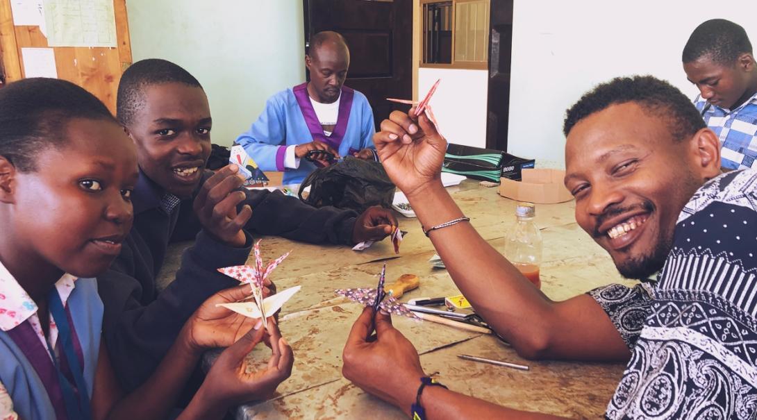 日本人作業療法士インターンのサポートのもと折り紙で鶴を作ったタンザニアの患者たち